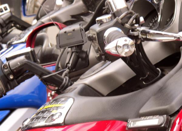 Mélange métallique sur fond de motos
