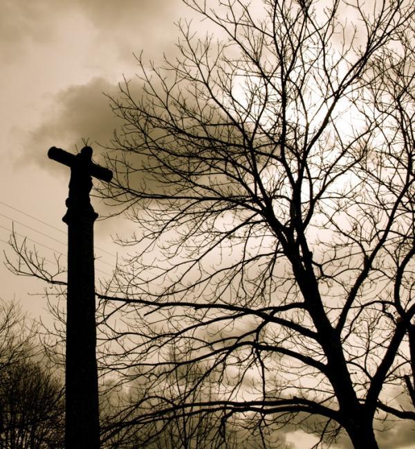 Christ et arbre dénudé
